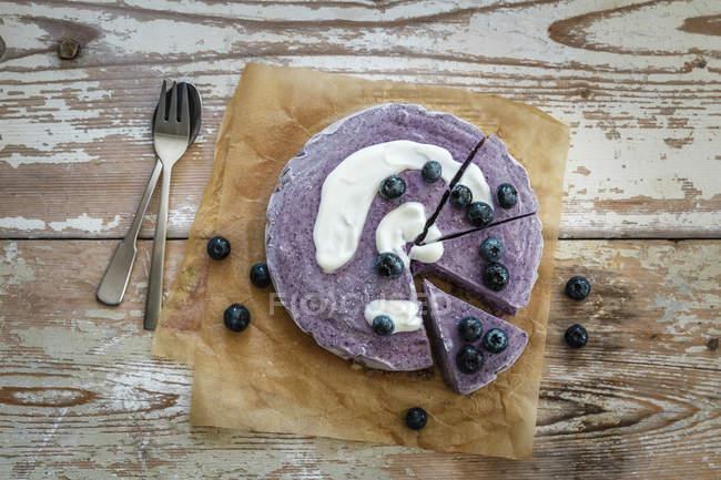 Вид чорничний пиріг, зверху продовольчої сировини — стокове фото