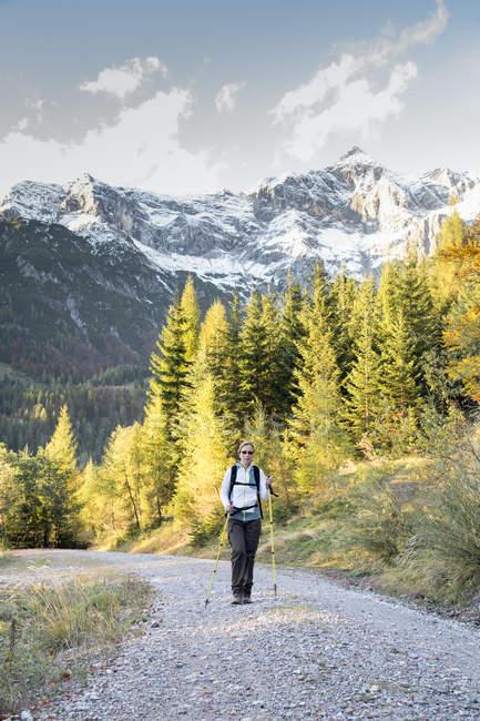 Österreich, Bundesland Salzburg, Maria Alm, Frau Wandern im alpinen Landschaft — Stockfoto