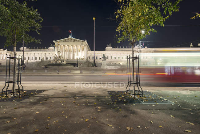 Österreich, Wien, Straßenbahn vor dem österreichischen Parlament — Stockfoto