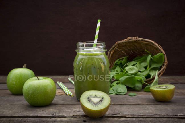 Стекло яблочного киви шпинат смузи и ингредиенты — стоковое фото