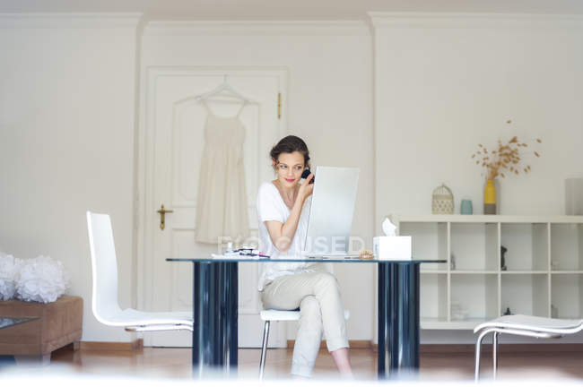 Woman at home applying makeup — Stock Photo