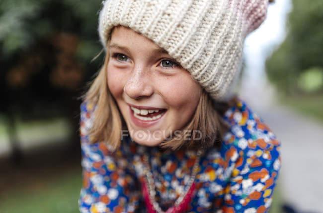 Портрет улыбается девушка носить шерстяную шапку — стоковое фото