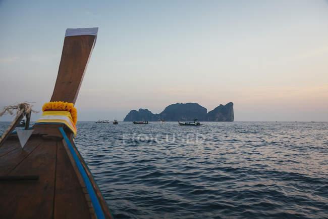 Thailandia, Phi Phi Island, coda lunga barca al tramonto — Foto stock