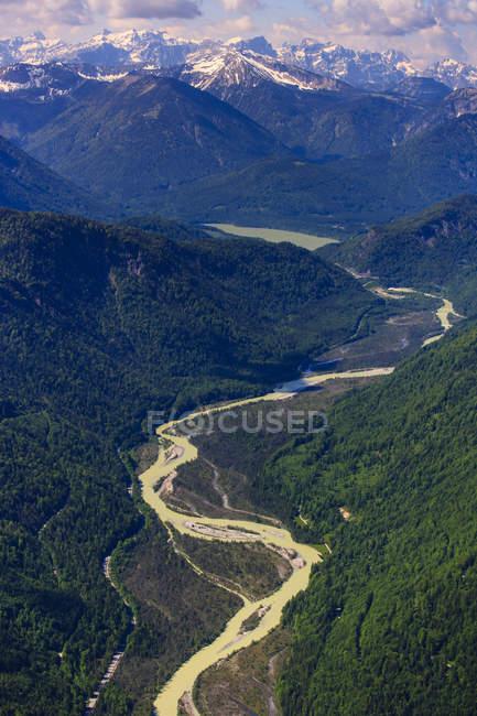 Германия, Бавария, аэрофотоснимок Ленггрис с реки Изар и Альпы — стоковое фото