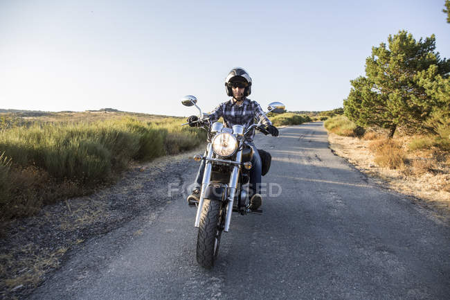 Man riding motorbike on open road — Stock Photo