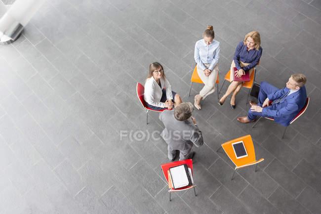 Vue aérienne d'homme d'affaires menant une présentation — Photo de stock