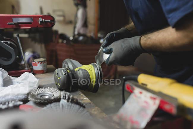 Schmiede bearbeitet Metall in Werkstatt — Stockfoto