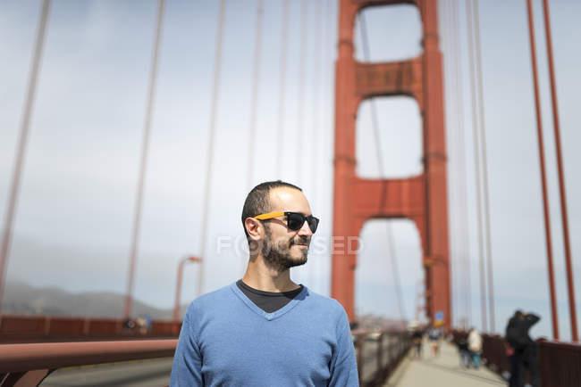 Male tourist standing on Golden Gate Bridge — Stock Photo