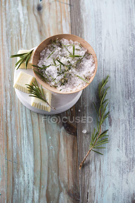 Bath salt and bathpralines with herbs, rosemary, eucalyptus and pine, bowl — Stock Photo