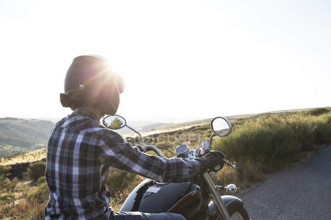 Hombre montando moto en carretera - foto de stock