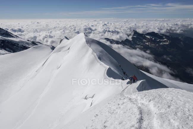 Italien, Gressoney, Alpen, Castor, Bergsteiger auf Verschneite Berggipfel — Stockfoto