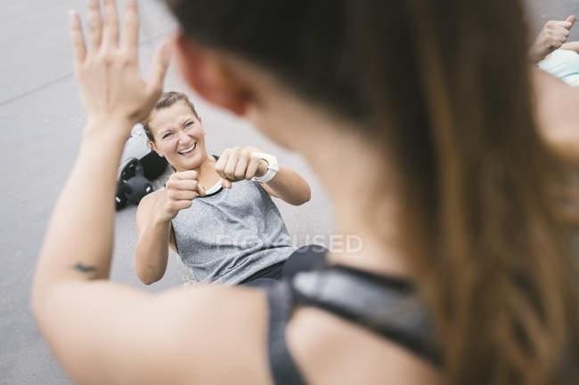 Mujeres que tienen un entrenamiento de campo al aire libre - foto de stock