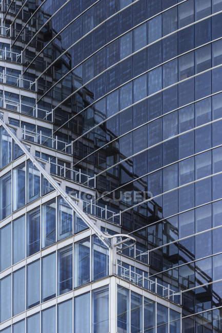 Détail du bâtiment pendant la journée modernes de grande hauteur — Photo de stock