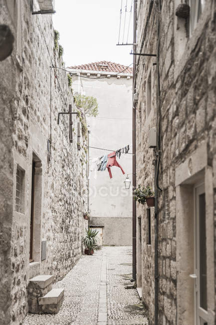 Croatia, Dubrovnik, narrow alley with drying laundry in the old town — Stock Photo