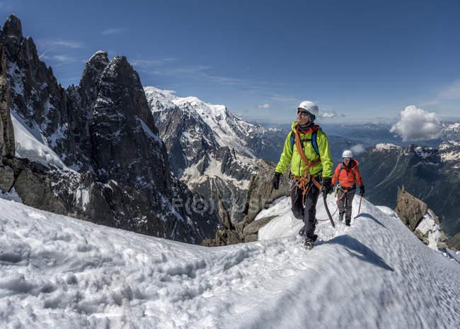 Франція, Шамоні, Альпах, Petit Егюй Vert, альпіністів в снігу покриті гори — стокове фото