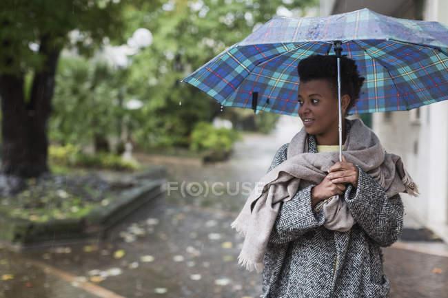Femme avec parapluie un jour de pluie en automne — Photo de stock