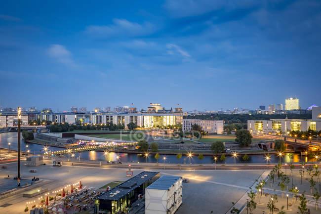 Paysage urbain de Berlin, en Allemagne, avec la rivière Spree au crépuscule — Photo de stock