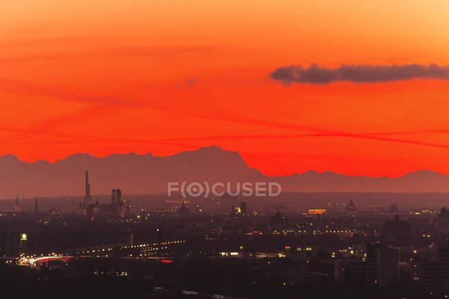 Vue aérienne du paysage urbain au coucher du soleil avec les Alpes en arrière-plan Munich, Bavière, Allemagne — Photo de stock