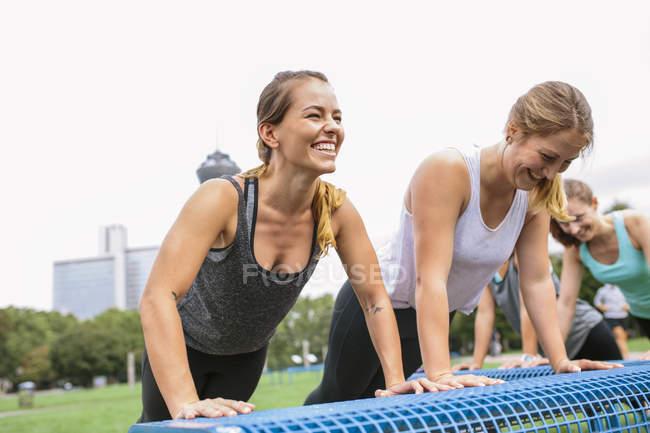 Cuatro mujeres que tenían un entrenamiento al aire libre - foto de stock