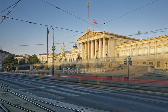 Österreich, Wien, österreichische Parlament Lichtspur Straßenbahn — Stockfoto