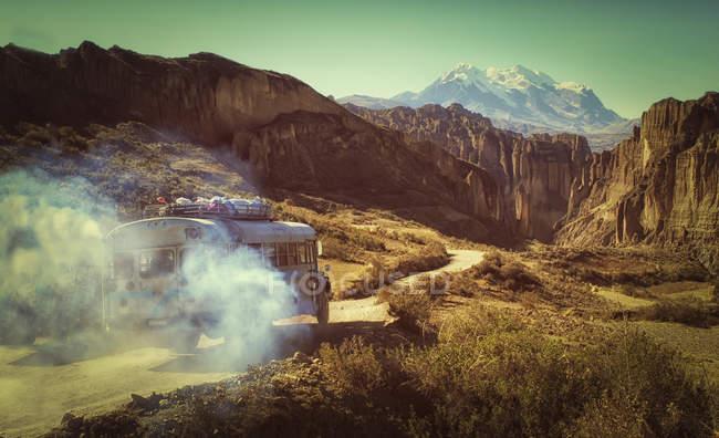 Bolivia, Altiplano, Cordillera Real, Bus in the Cordillera Real mountain range — Stock Photo