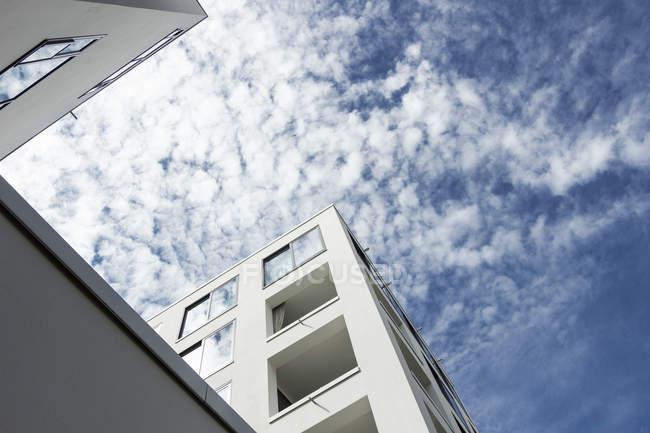 Вигляд знизу фасаду колегіум Hungaricum в денний час, Берлін, Німеччина — стокове фото