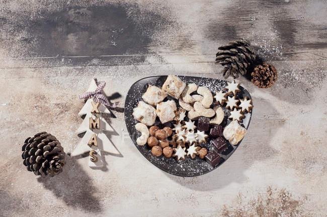 Teller mit verschiedenen Weihnachtsplätzchen — Stockfoto