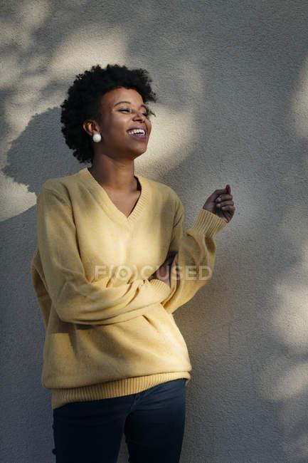 Hermosa mujer negra al aire libre en otoño - foto de stock