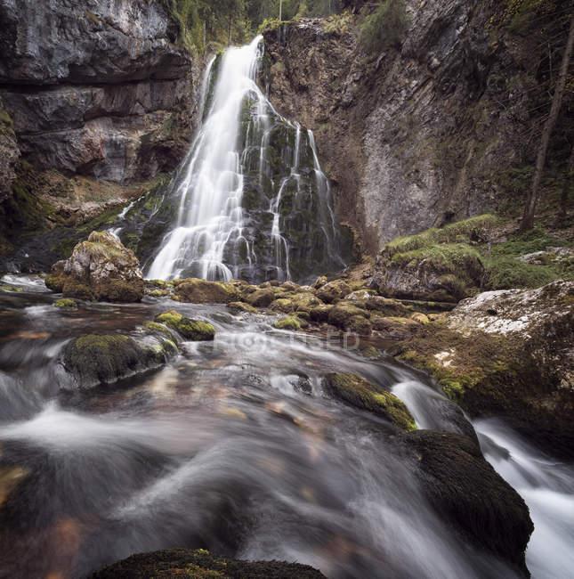 Golling cascada vista de nivel superficial - foto de stock
