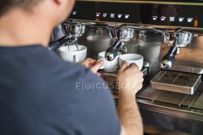 Чоловік готує кави на каву-машиною — стокове фото