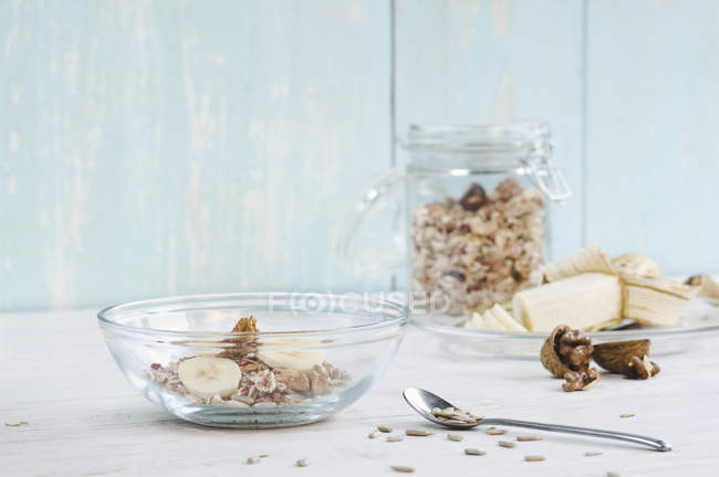 Мюслі з банана, насіння соняшнику і волоські горіхи — стокове фото