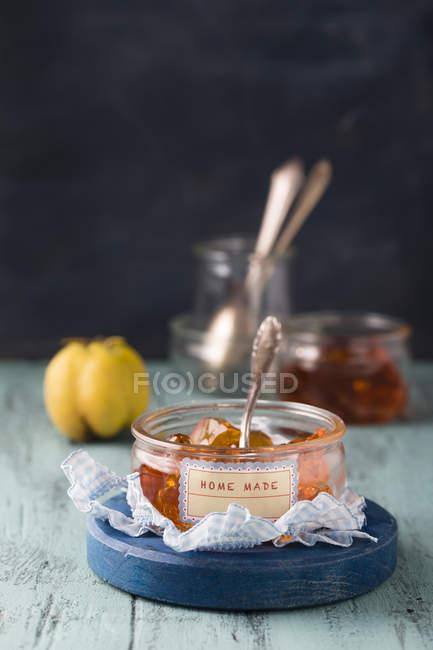 Geleia de marmelo no pote com colher — Fotografia de Stock