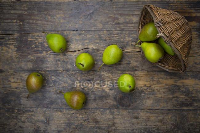 Cesta de mimbre de Bonne de Longueval orgánica sobre madera oscura - foto de stock
