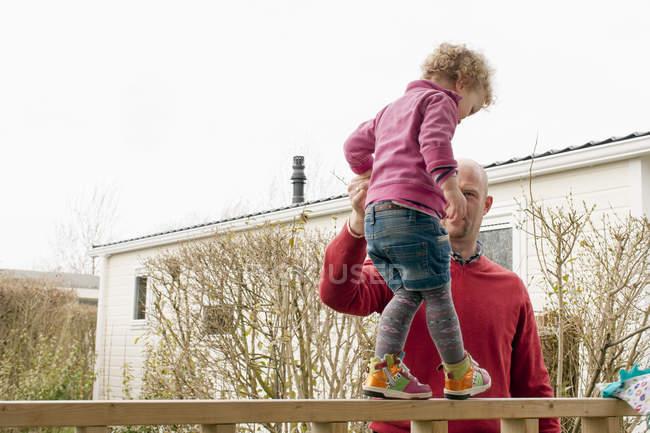 Vater helfen kleine Tochter balancieren auf Balkon — Stockfoto