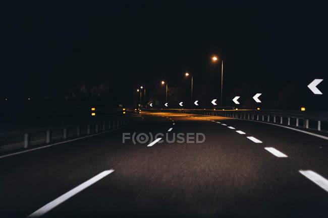 Італія, Удіне, рух вночі по шосе — стокове фото