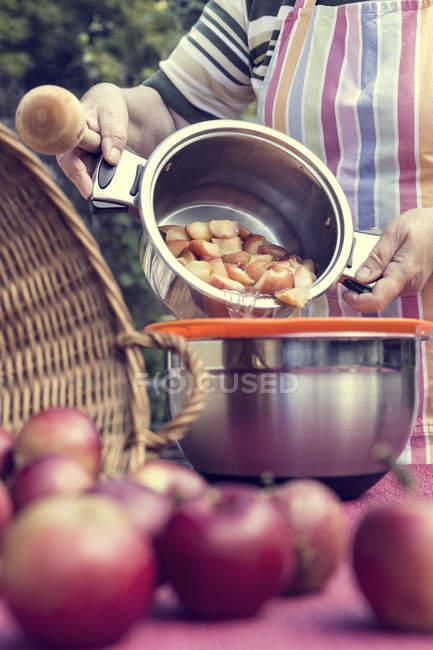 Mulher sênior preparando molho de maçã — Fotografia de Stock