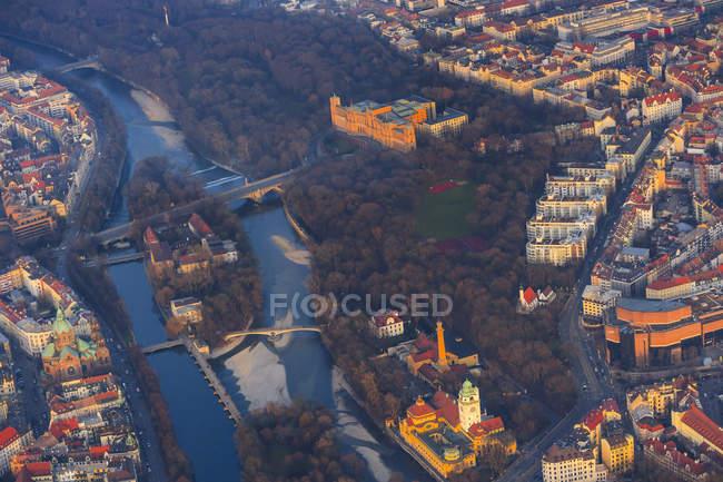 Deutschland, Bayern, München, Maximilianeum und Mullersches Volksbad am Isar river — Stockfoto