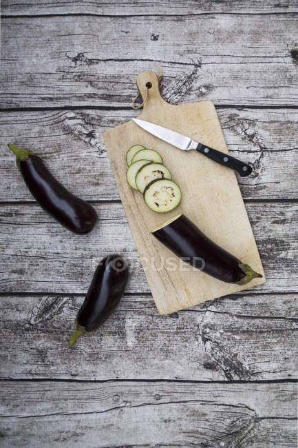 Баклажани на Розробні рада з ножем на стіл — стокове фото