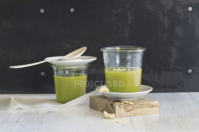 Frullato di avocado e spinaci in vetri con pinoli — Foto stock