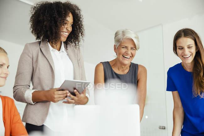 Joyeuses femmes d'affaires ayant une réunion dans la salle de conférence — Photo de stock