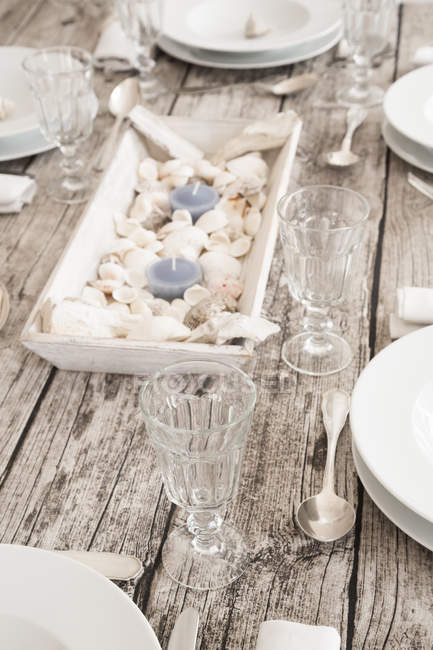 Marítimo, puso la mesa con copas de vino - foto de stock
