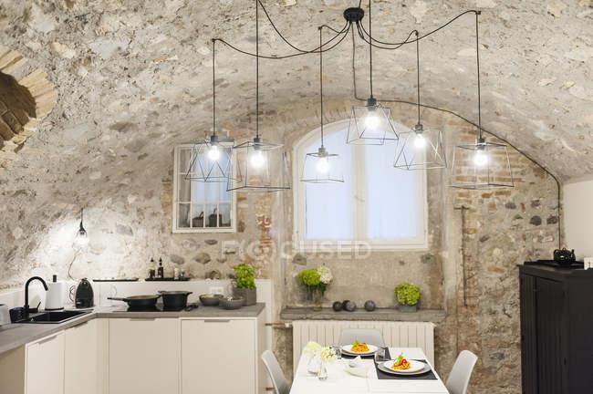 Moderne Küche im alten Steinhaus mit frisch gekochten Nudeln auf dem Tisch — Stockfoto
