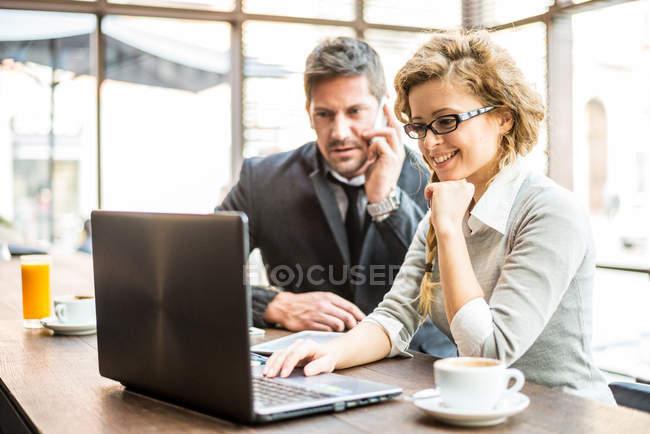 Двох бізнес-партнерів, сидячи в кафе, дивлячись на ноутбук — стокове фото