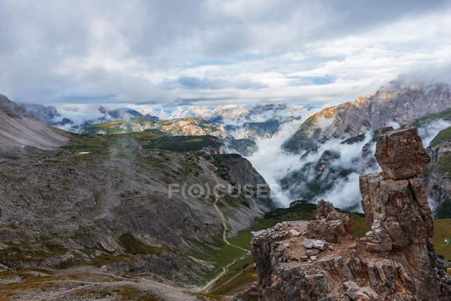 Italia, Alto Adige, Dolomiti, montagne rocciose in nuvole — Foto stock