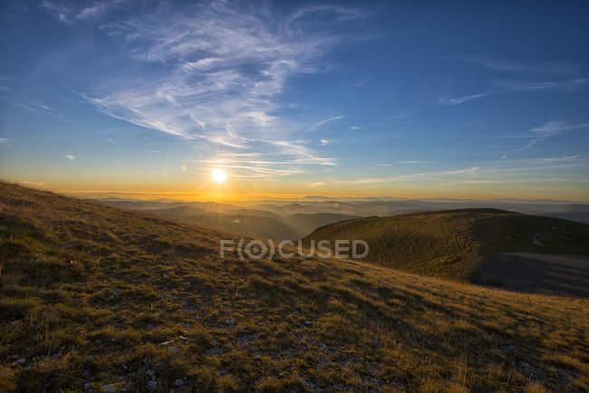 Italie, Ombrie, Valsorda, Coucher de soleil sur les Apennins en automne — Photo de stock