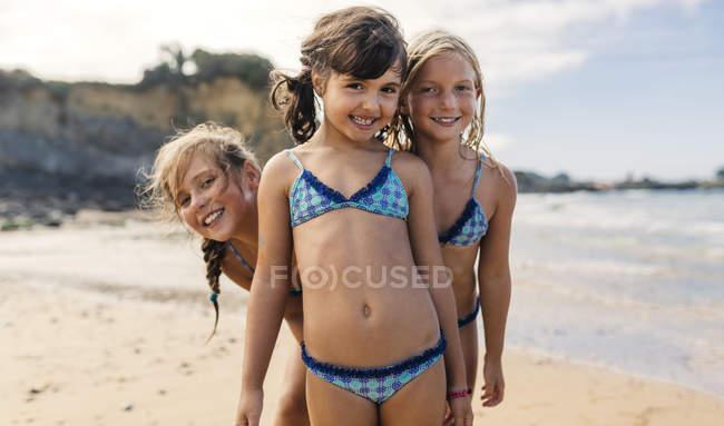 Іспанія, напрямку Colunga, три щасливих дівчаток на пляжі — стокове фото