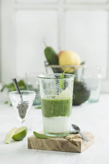 Зеленый смузи, ингредиенты, семена чиа, йогурт, шпинат, авокадо, огурец, груша и лайм — стоковое фото