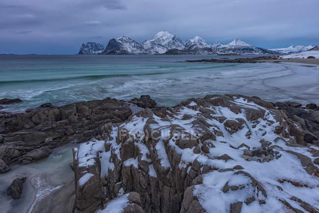 Norvegia, Lofoten, spiaggia Myrland, fiordi e rocce in inverno durante il giorno — Foto stock