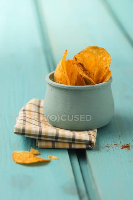 Bol de chips de pomme de terre parfumée au paprika — Photo de stock