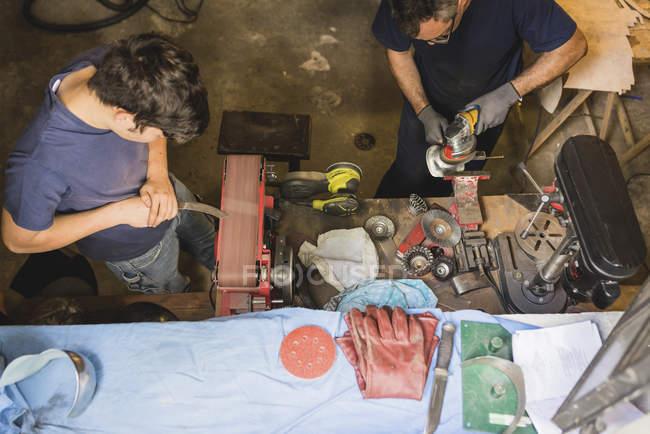 Zwei Fälscher arbeiten in Werkstatt — Stockfoto